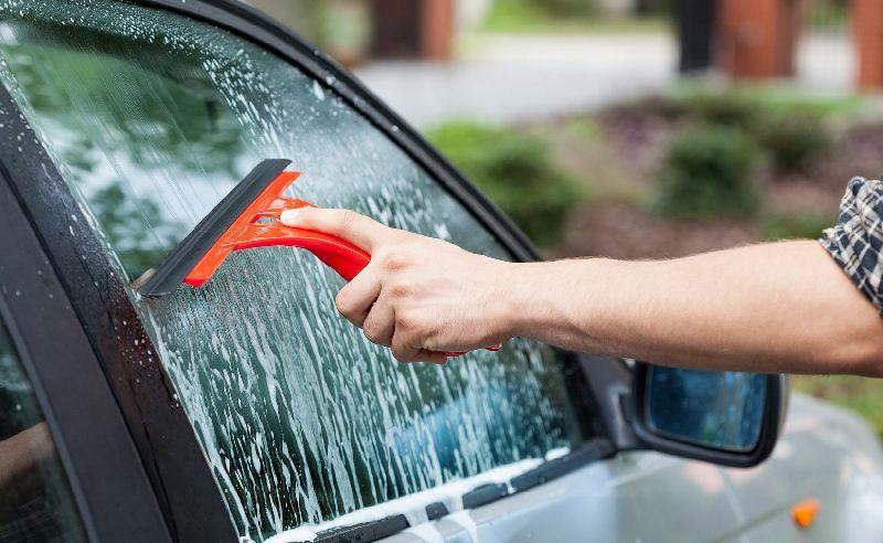 Membersihkan Kaca Mobil, sumber Okezone